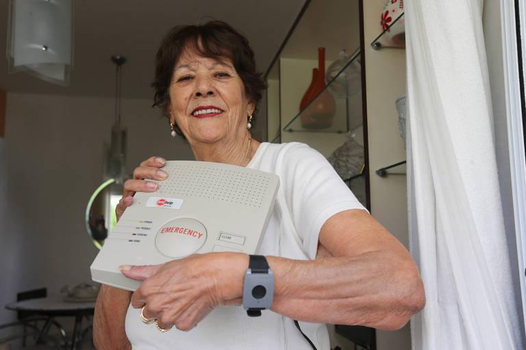 Thereza Aparecida Mendes Lopes, 84 anos, usa pulseira com botão de segurança há dois anos