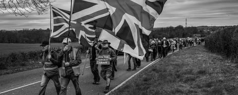Oldham, Reino Unido. 15/03/2019. DESIGUALDADE GLOBAL. Mark Hodgkinson ( de chapÈu preto e bermuda ) participa da marcha prÛ-Brexit