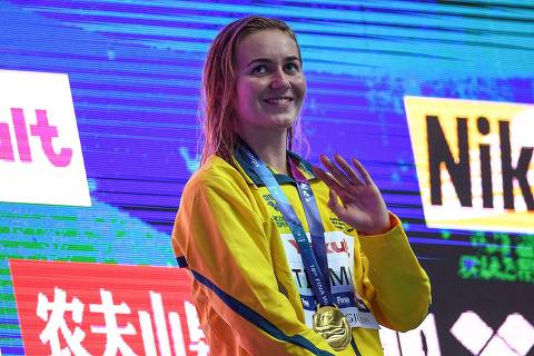 Gold medallist Australia's Ariarne Titmus poses with her medal after the final of the women's 400m freestyle event during the swimming competition at the 2019 World Championships at Nambu University Municipal Aquatics Center in Gwangju, South Korea, on July 21, 2019. (Photo by Oli SCARFF / AFP)