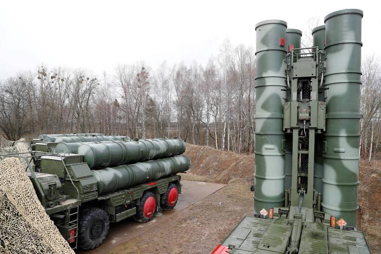 Lançadores de mísseis do sistema antiaéreo S-400 em uma base militar perto de Kaliningrado (Rússia)