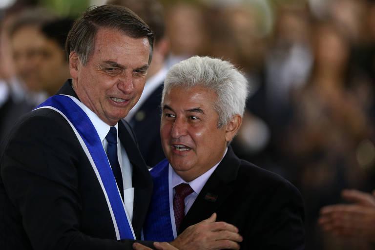 O presidente Jair Bolsonaro condecora o ministro Marcos Pontes (Ciência e Tecnologia), durante cerimônia de imposição de insígnias da Ordem do Rio Branco, no Itamaraty.