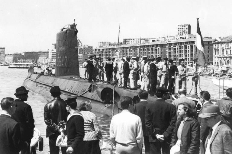 O submarino Minerve no antigo porto de Marseille, em foto da década de 1960