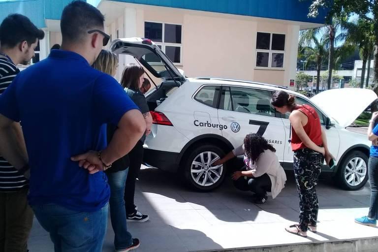 As alunas aprendem a trocar pneu sozinhas e conhecem mais sobre o próprio veículo e suas peças