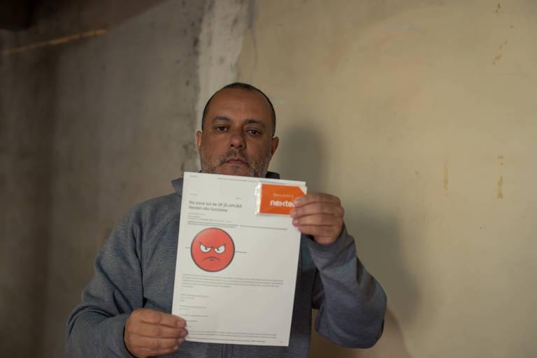 O motorista Edson Vieira Barbosa, 48 anos, diz que o sinal da Nextel em seu bairro  é ruim; além disso, a empresa lhe cobra valores a mais na fatura