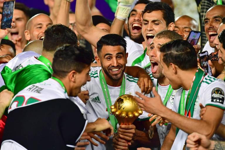 O meia-atacante argelino Riyad Mahrez teve muito trabalho para controlar os companheiros antes de levantar o troféu de campeão da Copa Africana de Nações, disputada no Egito.