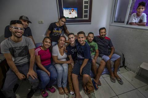 COTIDIANO -  Primeiro dia de trabalho de Ygor Silva de Oliveira, 18, preso por quase tres meses injustamente sob a suspeita de ter participado do roubo de um caminhao de cerveja no bairro Pedreira, na zona sul da capital. Diante de varias contradições das vitimas, a juíza resolveu liberar Ygor e mais 3 amigos que foram presos com ele. NAs fotos, Ygor no trabalho, indo embora pra casa com o irmão mais novo Yago no colo, no carro, encontrando a mae em casa, entre amigos e beijando a namorada. 26/07/2017 -  Foto - Marlene Bergamo/Folhapress - 017 -