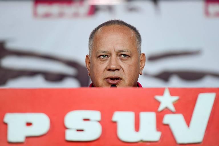 Diosdado Cabello, número dois do chavismo, discura em frente a bancada com o logo de seu partido