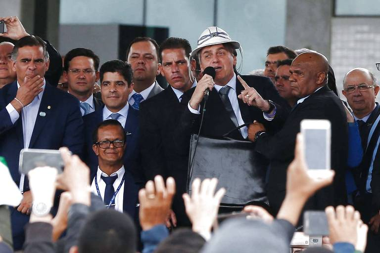 Com chapéu de vaqueiro, Bolsonaro discursa durante inauguração de aeroporto em Vitória da Conquista (BA) nesta terça (23)