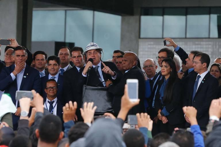 Com chapéu de vaqueiro, Bolsonaro discursa durante inauguração de aeroporto