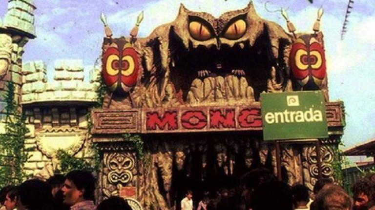Inaugurada em 1974, a Monga do Playcenter foi a mais célebre de todas as mulheres-gorila. A atração foi destruída num incêndio, em junho de 1988