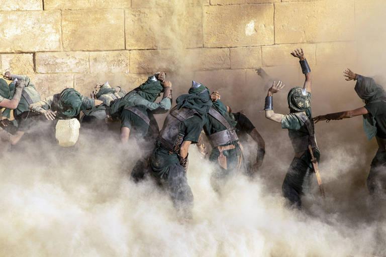 As muralhas de Afeca desmoronam sobre os soldados sírios