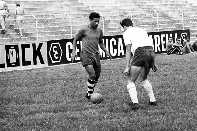 Garrincha durante treino pelo Corinthians; ex-jogador morreu aos 49 anos por causa dos excessos com a bebida