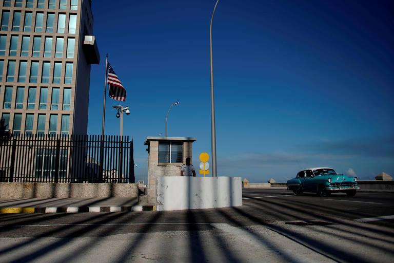 Carro antigo passa ao lado de embaixada dos EUA em Havana