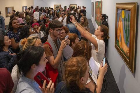 SÃO PAULO - SP - 23.07.2019 - Fila gigante no vão livre do Masp para exposição de Tarsila do Amaral, nesta terça, dia de entrada gratuita. (Foto Danilo Verpa/Folhapress, ILUSTRADA)
