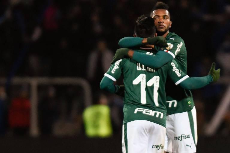 Borja abraça Willian na comemoração do seu gol, que deu o empate ao Palmeiras contra o Godoy Cruz, na Argentina