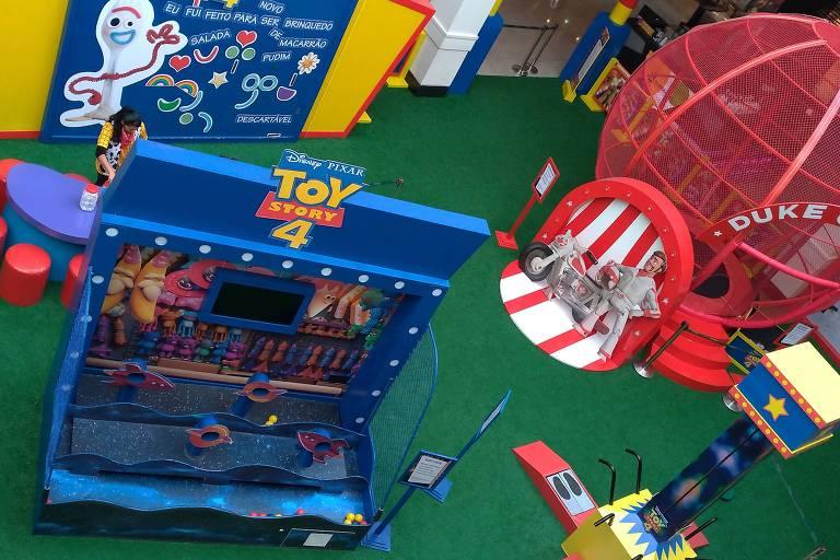 Espaço Toy Story, instalado no Mooca Plaza Shopping, inspira-se no filme e tem brinquedos fazendo referência a personagens como Woody, Garfinho e Duke Caboom