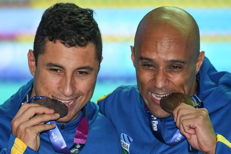 Felipe Lima (esq.) e Joao Gomes (dir.) celebram as medalhas conquistadas em Gwangju, na Coreia do Sul