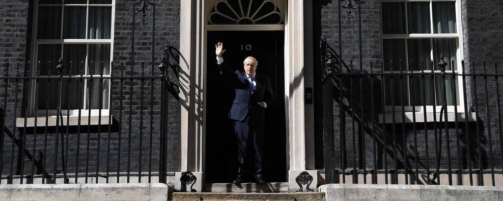 O novo premiê britânico, Boris Johnson, acena para jornalistas antes de entrar na residência oficial em Downing Street
