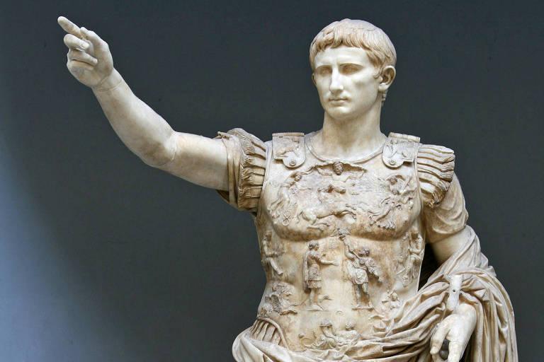 Estátua com a mão levantada