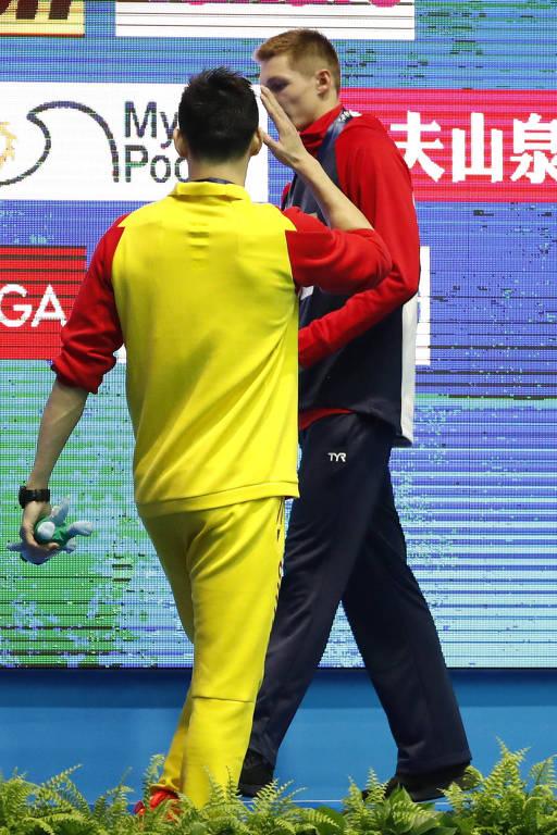 Momento em que Sun Yang confrontou Ducan Scott na premiação dos 200 m livre