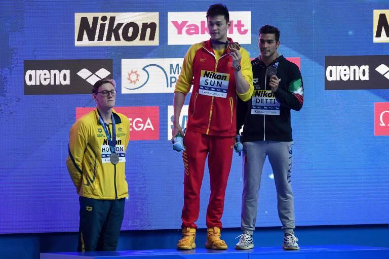 Momento em que Mack Horton (abaixo, à esquerda) se recusou a ir ao pódio com o medalhista de ouro Sun Yang (centro)