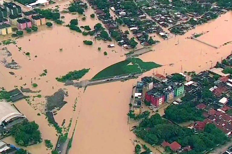 Parte da cidade de Olinda, no Grande Recife, alagada na quarta-feira (24)