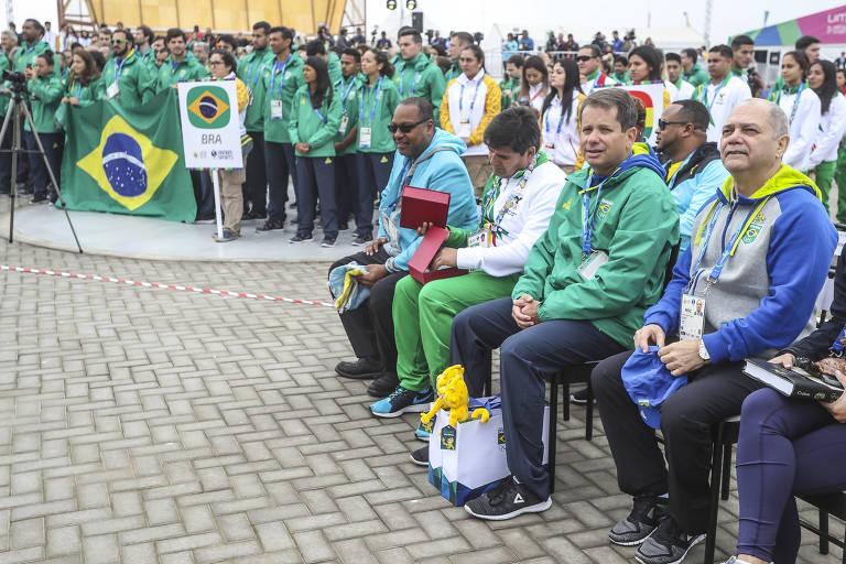 Paulo Wanderley (à dir.) e, ao seu lado, Marco La Porta, durante cerimônia de hasteamento da bandeira do Brasil na Vila dos Atletas