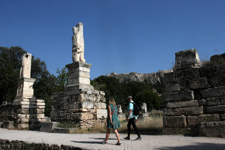 Turistas caminham pela ágora de Atenas, na Grécia; espaço era espécie de centro da democracia ateniense entre os séculos 6º e 1º AC
