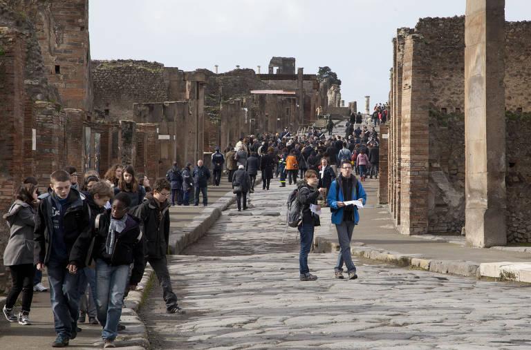 Visitantes passeiam pela cidade histórica de Pompéia, no sul da Itália; local foi arrasado por erupção do vulcão Vesúvio em 79 DC
