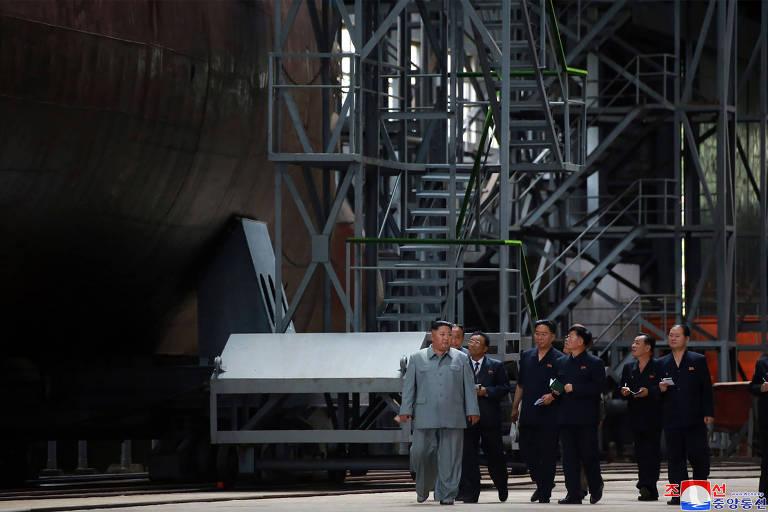 Kim Jong-un inspeciona um submarino recém construído em local não divulgado