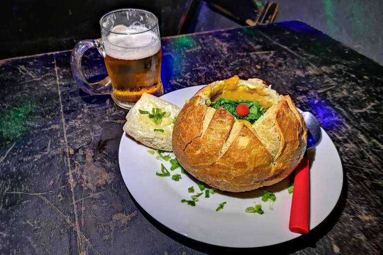 Caldos quentes são servidos no pão italiano no bar Espaço Volume 10