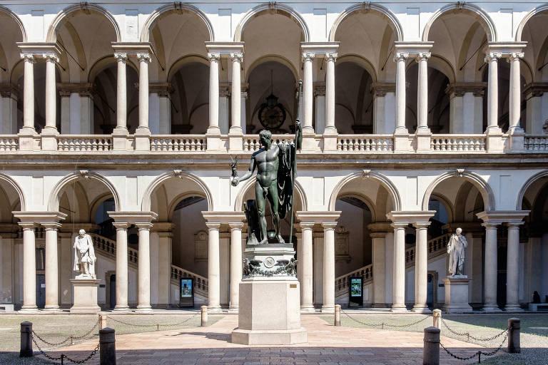Prédio com estátua na frente