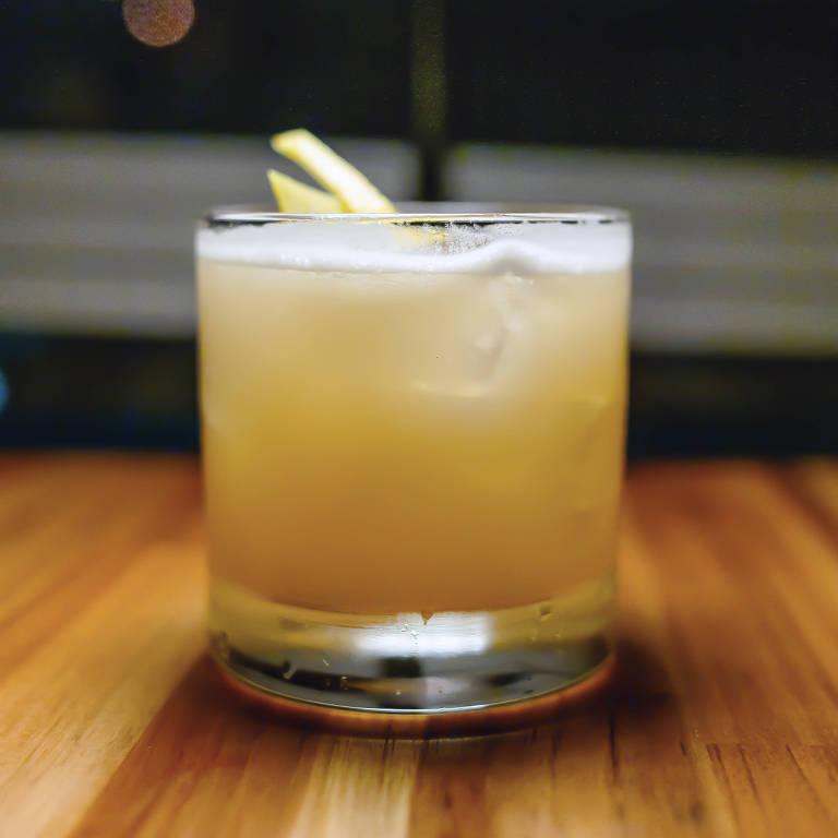 Drinque Cold Rush servido no Térreo Bar, com bourbon, limão-siciliano e mel