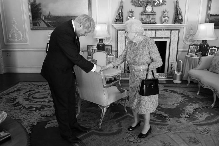 Rainha Elizabeth 2ª durante encontro com o novo premiê britânico, Boris Johnson, no Palácio de Buckingham