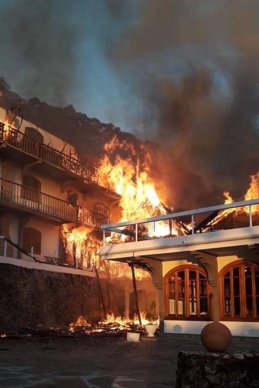 Incêndio destrói hotel em Campos do Jordão, em São Paulo