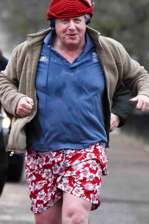 Boris Johnson corre no parque em 2017 com estilo peculiar