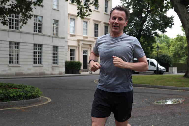 O ex-ministro de Relações Exteriores Jeremy Hunt adota figurino sóbrio para corrida matinal em Londres