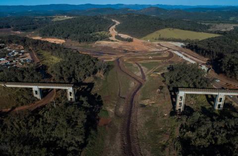 BRUMADINHO, MG, BRASIL, 23-07-2019: Vista aérea da lama na altura da linha do trem que foi destruida, em Brumadinho. Dia 25 completa seis meses do rompimento da barragem da Mina do Córrego do Feijão, de Brumadinho. (Foto: Eduardo Anizelli/ Folhapress, COTIDIANO) ***EXCLUSIVO***