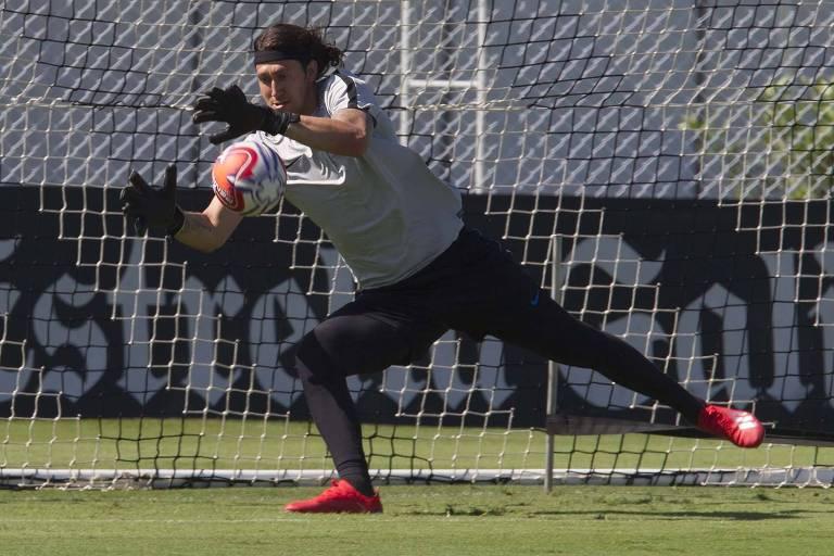 O goleiro Cássio pratica defesa durante o treino de finalizações do Corinthians, no CT Joaquim Grava