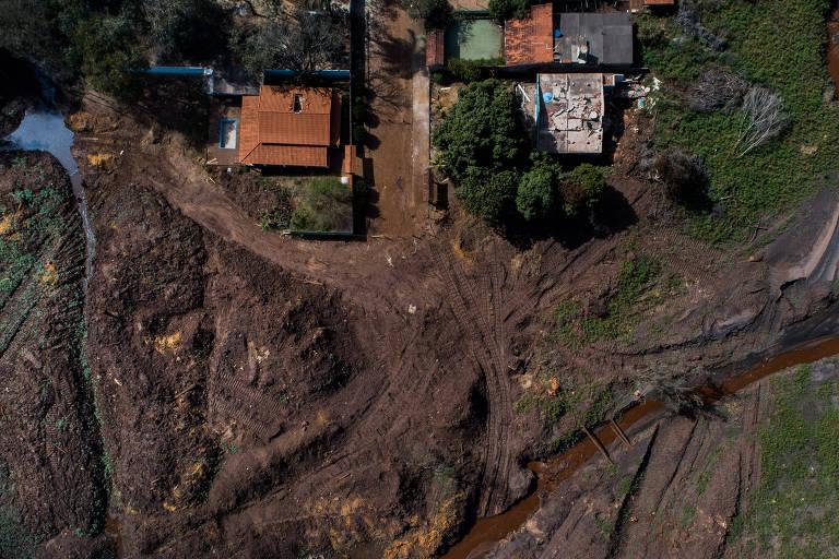 Vista aérea da lama no bairro Parque da Cachoeira, em Brumadinho, após seis meses da tragédia