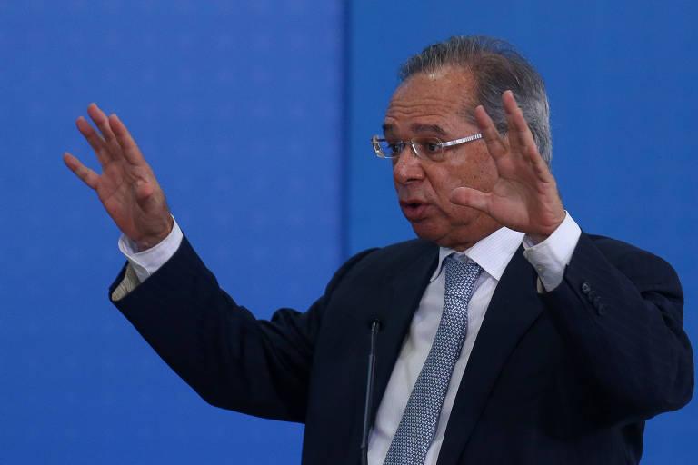 O ministro da Economia, Paulo Guedes, com as mãos levantadas