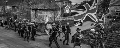OLDHAM, REINO UNIDO, 15.03.2019 - Mark Hodgkinson (de chapéu preto e bermuda) acompanha outros simpatizantes do brexit em marcha que partiu em março do norte da Inglaterra até Londres, por 450 km. ( Foto: Lalo de Almeida/Folhapress)