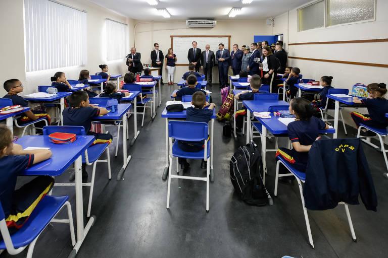 Bolsonaro visita escola militar em Manaus