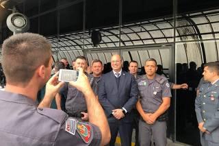Wilson Witzel (PSC), governador do Rio, é tietado por PMs em evento em SP