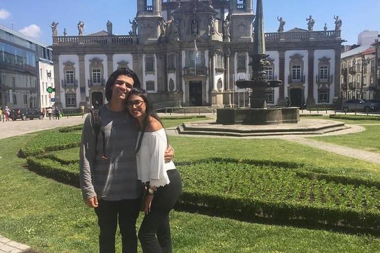 O brasileiro João Veiga e a namorada em Braga, Portugal, onde vivem há um ano