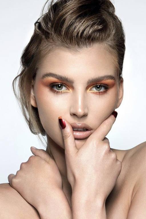 Tá quente: terracotas e laranjas chegam à maquiagem dos olhos