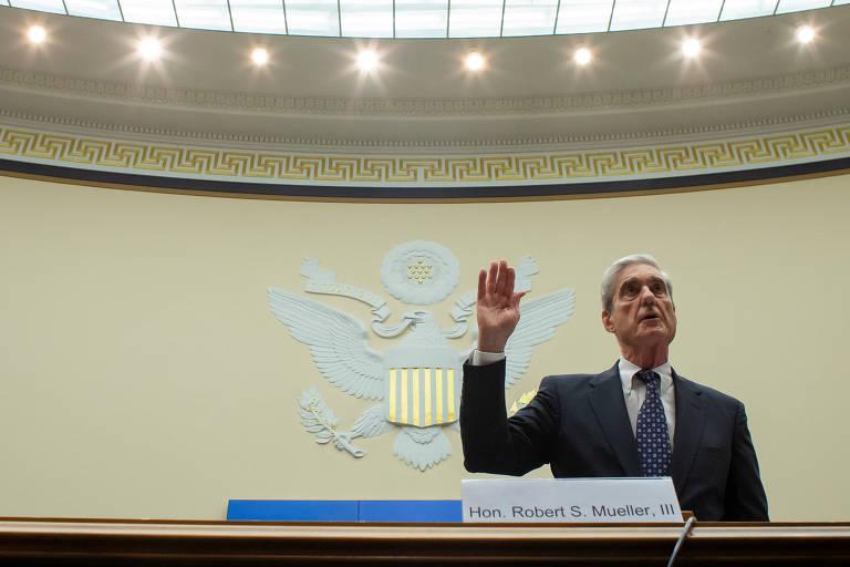O ex-procurador especial Robert Mueller presta juramento antes de seu depoimento na Cãmara na quarta (24)