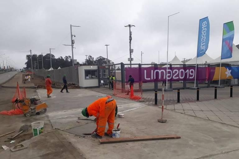 Na quarta-feira (24), homens faziam obras em frente à arena que receberá a competição de ginástica do Pan
