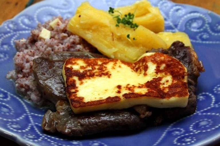 Carne de sol, queijo de coalho, macaxeira e risoto em combinação servida no restaurante Dona Canô, em Perdizes