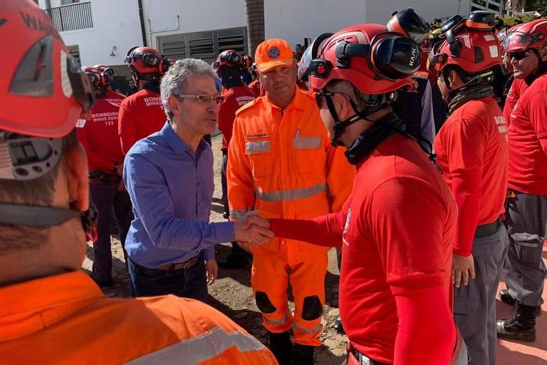 Governador de MG Romeu Zema cumprimenta bombeiros em Brumadinho